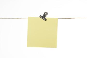 Nota o post-it colgado de una cuerda