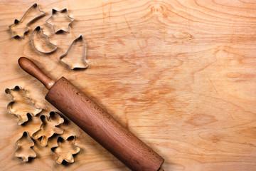 Backbrett mit Ausstechern und Nudelholz