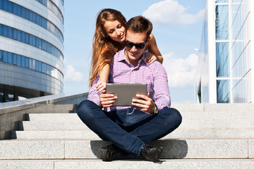 Девушка с парнем в университете с планшетом