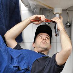 Sanitär-Installateur repariert Abfluss