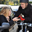 Radfahrer und Autofahrer im Streit