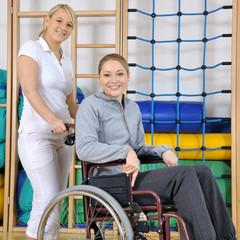 Frau in Reha bei Physiotherapie