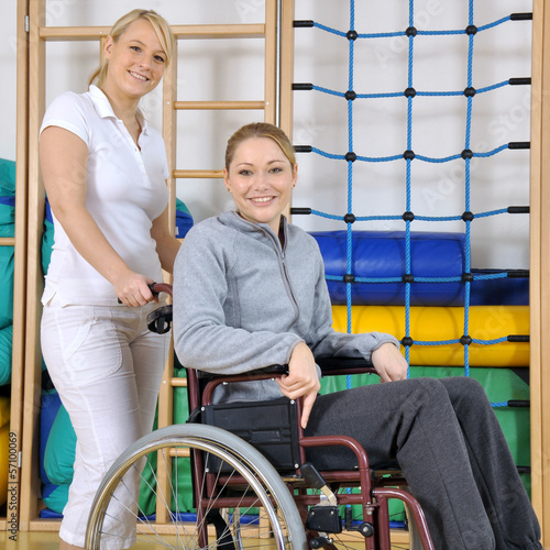 Frau in Reha bei Physiotherapie