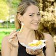 Frau isst Pommes Frites