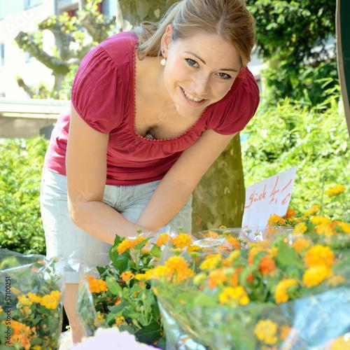 Frau kauft Blumen