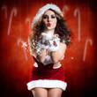 attraktive Weihnachtsfrau pustet Sternchen