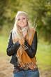 Blonde Frau auf Obstwiese