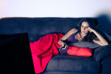 Ragazza rilassata su divano