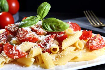pasta italiana penne al pomodoro  sfondo scuro