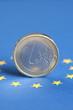 1 Euro Münze und Flagge der EU