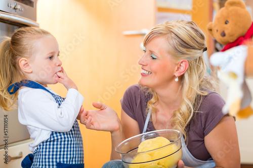 Mutter und Tochter backen zusammen