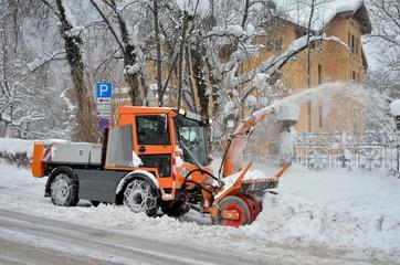 Winterdienst mit Schneeschleuder im Einsatz
