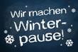 Kreidetafel mit Winterpause und Schneeflocken - 57116681