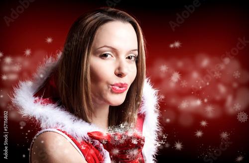 Miss Santa pustest Partikel von ihrer Hand