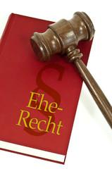 Richterhammer mit Buch und Eherecht