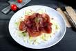 insalata bresaola e finocchio sfondo scuro
