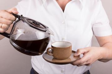 Kaffee einschüttend aus Glaskanne