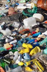 Plage Française polluée par des déchets plastiques flottants