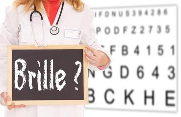 Sehtesttafel und Ärztin mit Schild - Brille ?