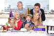 Familie gratuliert Kind zum Geburtstag