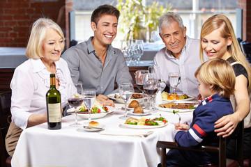 Glückliche Familie gemeinsam im Restaurant