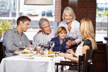 Glückliche Familie sitzt im Restaurant