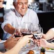 Mehrere Generationen essen gemeinsam