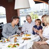 Fototapety Familie mit Kindern im Restaurant