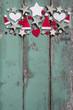 Grüner Holz Hintergrund als Weihnachtskarte mit Rot