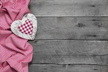 Rustikale Glückwunschkarte in rot weiß kariert mit Herz und Holz