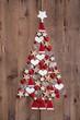 Weihnachtskarte aus Holz mit Weihnachtsbaum in Rot und Weiß