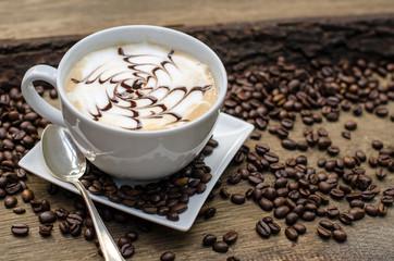 Latte Macchiato mit Milchschaum und Schokoladen-Topic