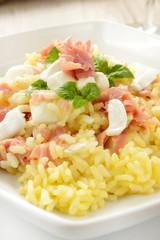 Risotto con prosciutto, mozzarella e uovo crudo
