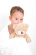 Kleiner Junge schmust mit Teddy