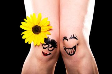 zwei verliebte beine mit blume vor schwarz