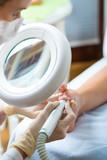 Frau in Kosmetikstudio erhält Pediküre