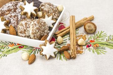 Weihnachtsgebäck und Gewürze