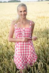 Junge Frau in einem Kornfeld