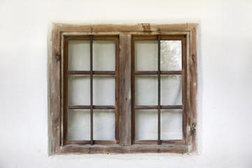Altes Holzfenster auf weißer Wand