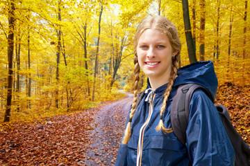 Studentin bei einer Wanderung im Herbst