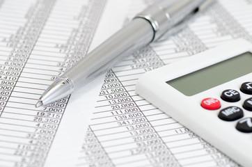 会計書類と電卓とボールペン