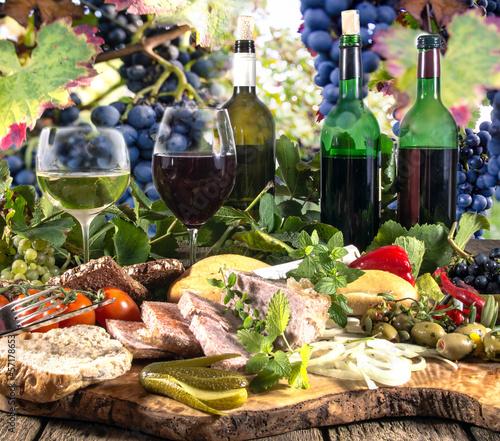 Fotobehang Picknick Genuss im Herbst: Weinprobe mit rutikalem Imbiss
