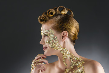 Frau mit Gold Make Up