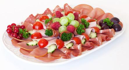 Leckere Schinkenplatte garniert mit Obst