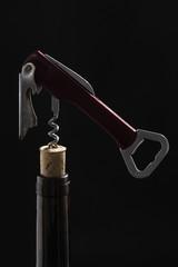 Botella de vino y descorchador