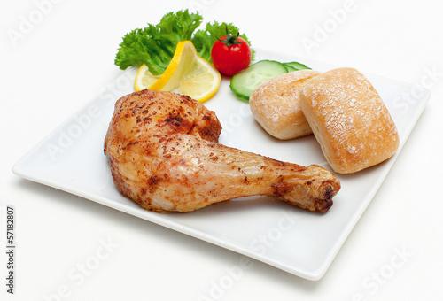 Gegrillte Hähnchenkeule mit Brötchen