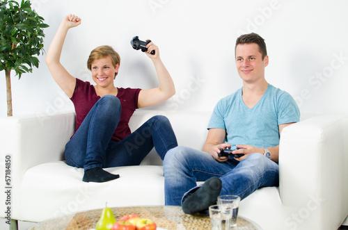 mädchen gewinnt beim computer spielen