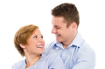 lachendes junges liebespaar