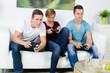 jungendliche gefesselt vom videospiel