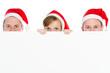 3 weihnachtliche leute mit hinweisschild